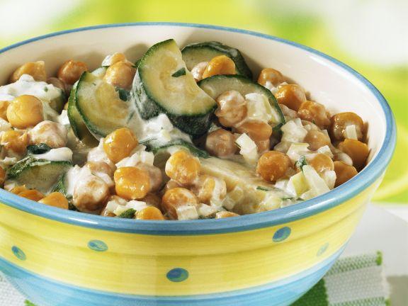 Kichererbsenpfanne mit Zucchini, Kräutern und Soße