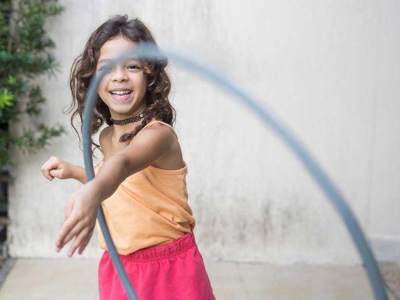 Kinder und Sport: Mädchen mit Hula Hoop Reifen