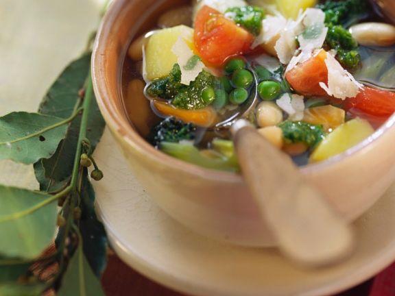 Klare Gemüsesuppe mit gemischtem Gemüse