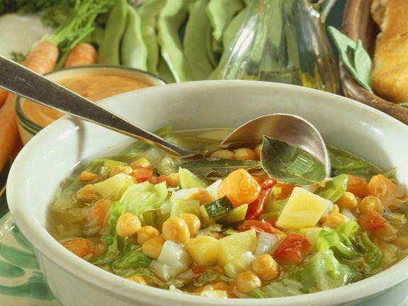 Klare Gemüsesuppe mit Kartoffeln und Kichererbsen