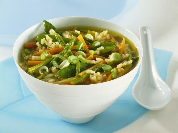 Klare Gemüsesuppe mit Spargel