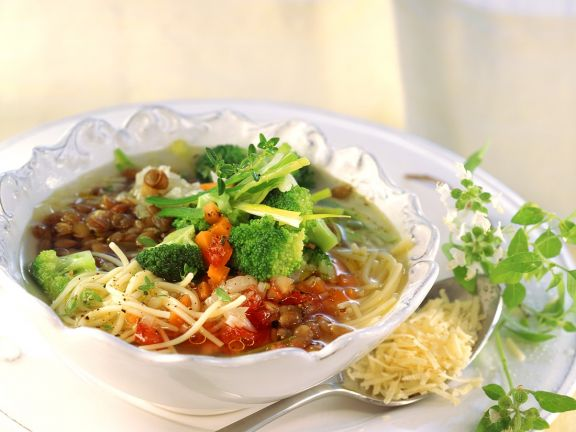 Klare Suppe mit Gemüse, Linsen und Nudeln