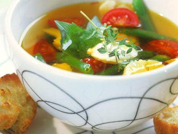 Klare Suppe mit Gemüse und Aioli
