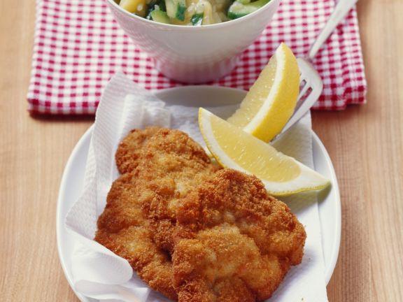 Klassisches Schnitzel mit Kartoffel-Gurken-Salat