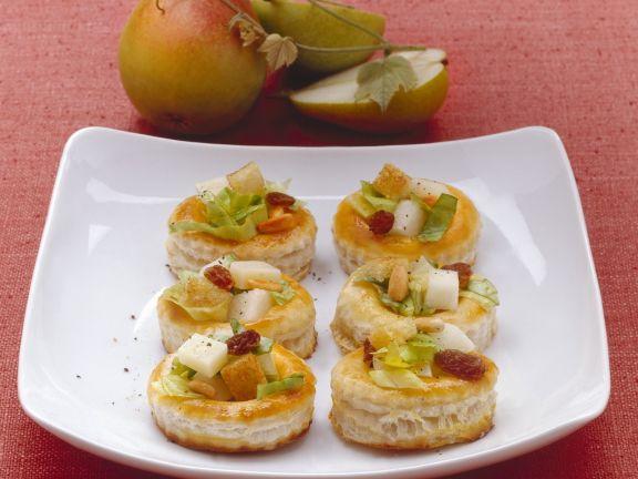 Kleine Blätterteigpasteten mit Birne und Käse