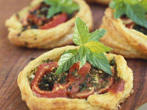 Kleine Blätterteigpizzen mit Tomate