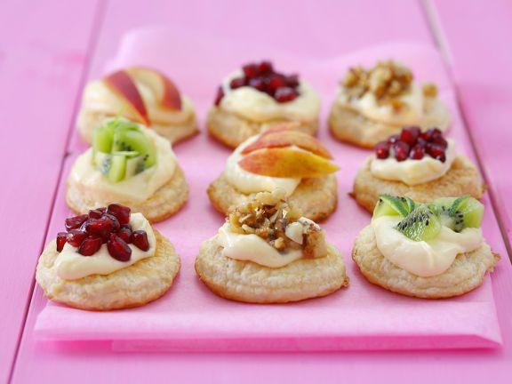 Kleine Blätterteigtörtchen mit Obst und Nüssen