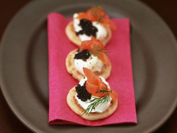 Kleine Buchweizenpfannkuchen mit Sahnemeerrettich, geräuchertem Lachs und Kaviar
