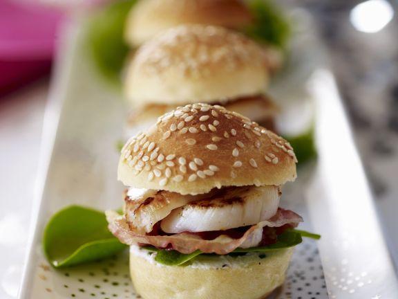Kleine Burgerbrötchen mit Jakobsmuschel