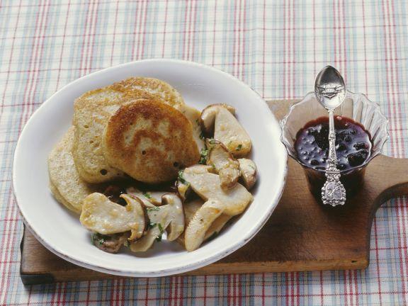 Kleine Grünkern-Pfannkuchen mit Steinpilzen und Holunderbeerenkompott