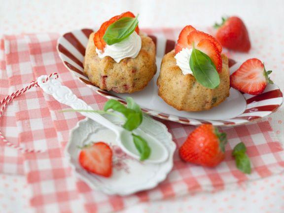 Kleine Gugelhupfe mit Erdbeeren und Basilikum