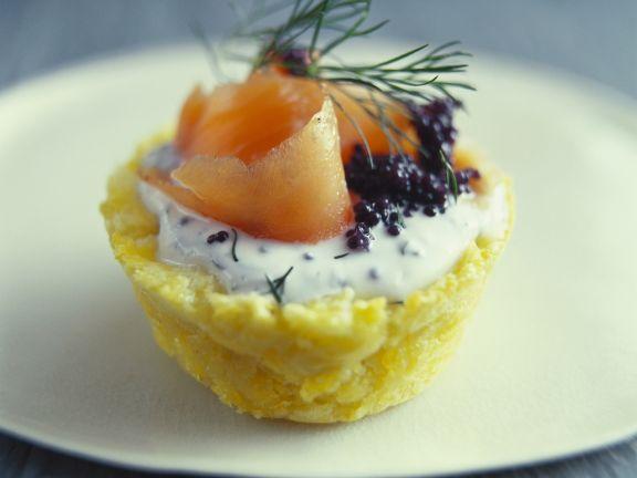 Kleine Kartoffelpastete mit geräuchertem Lachs und Kaviar