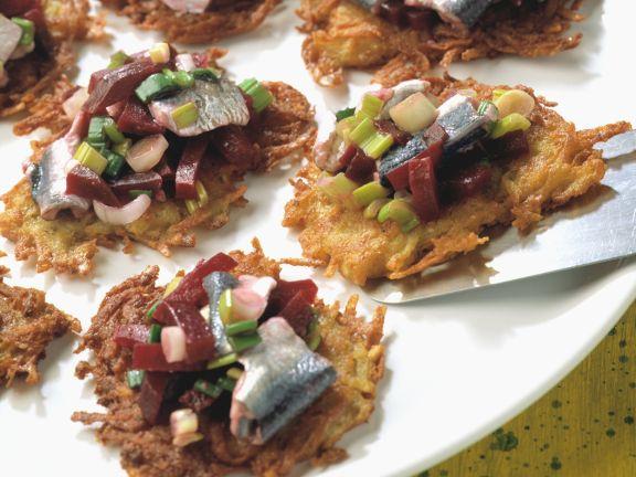 Kleine Kartoffelpuffer mit Bismarckhering und Rote Bete