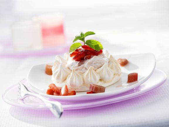 Kleine Meringues mit Erdbeeren