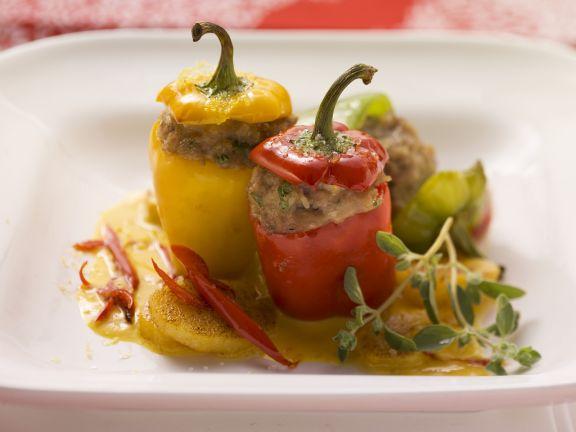 Kleine Paprika mit Füllung und Kürbissoße