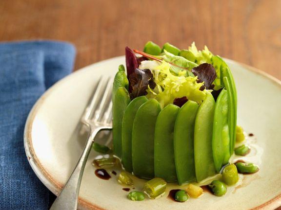 Kleine Pastete mit Zuckerschoten und Salat