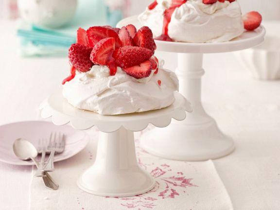Kleine Pavlovas mit Erdbeeren