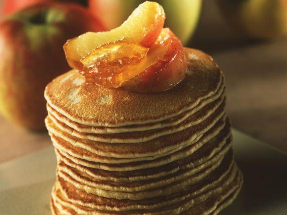Kleine Pfannkuchen mit Äpfeln und Orangenkonfitüre