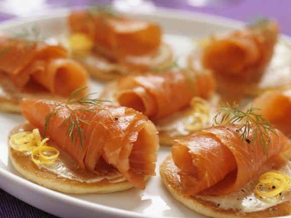 Kleine Pfannkuchen mit geräuchertem Lachs