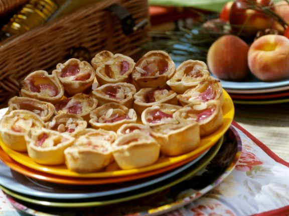 Kleine Pfirsich-Tarteletts mit Mandeln