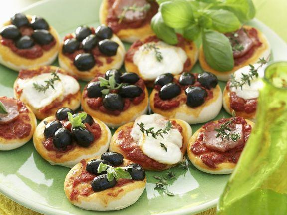 Kleine Pizza-Happen mit Olive, Mozzarella und Schinken