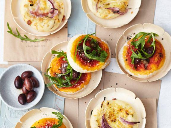 Kleine Pizzen mit Käse und Tomaten