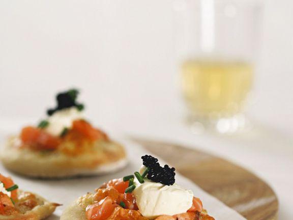 Kleine Pizzen mit Kaviar, Lachs und Mozzarella