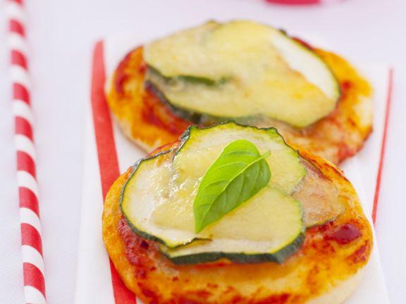 Kleine Pizzen mit Zucchini und Basilikum