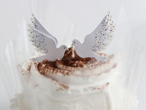 Kleine Sahnekuchen mit Tauben verziert