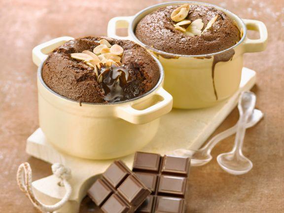 Kleine Schokoladenküchlein mit Mandeln