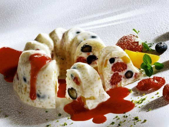 Kleiner Milchreiskuchen mit Erdbeersoße