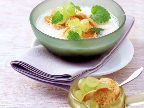 Knoblauch-Mandel-Gazpacho mit Trauben
