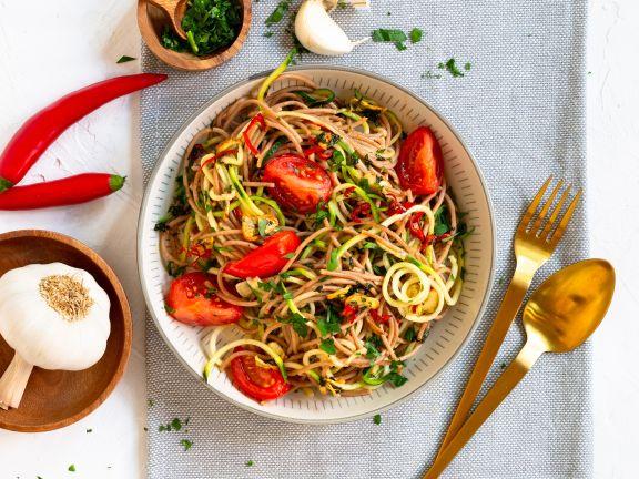 Knoblauch-Spaghetti mit Zucchini und Tomaten