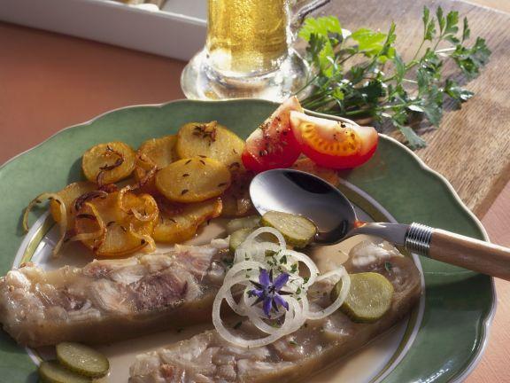 Knöcherlsülze mit gebratenen Kartoffeln