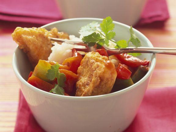 Knusprige Fischstücke mit Paprikagemüse und Reis