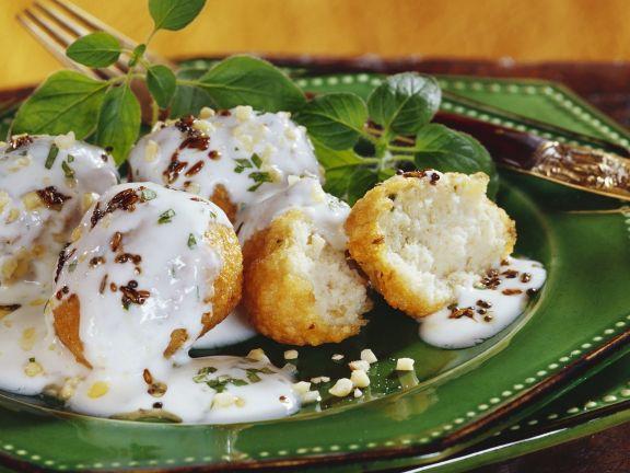 Knusprige Linsenbällchen mit Joghurtsoße