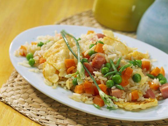 Knusprige Reispfanne mit Erbsen und Ei