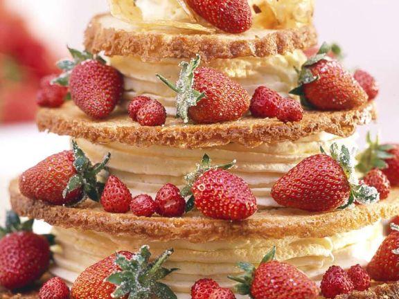 Knusprige Torte mit Erdbeeren und weißer Schokomousse