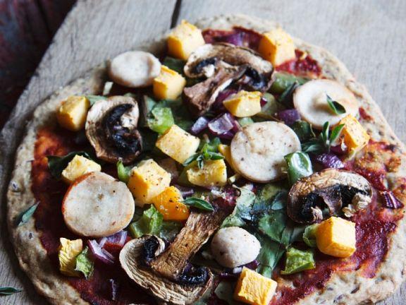 Knusprige Vollkornpizza mit Kürbis und Weißwurst