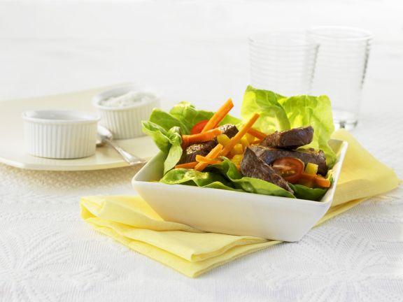 Kofpsalat mit Gemüse und Steakstreifen