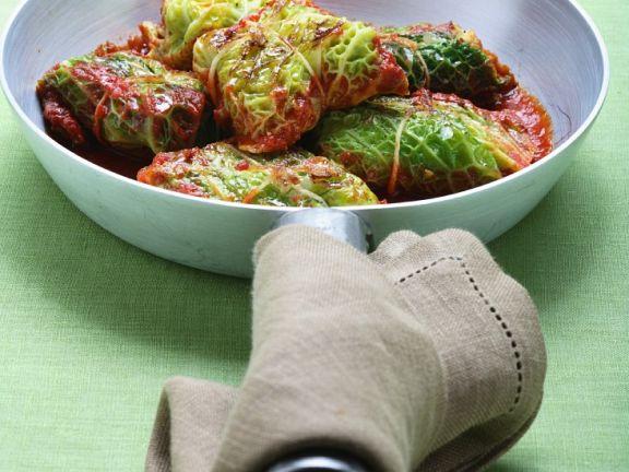 Kohl-Päckchen mit Tomatensauce