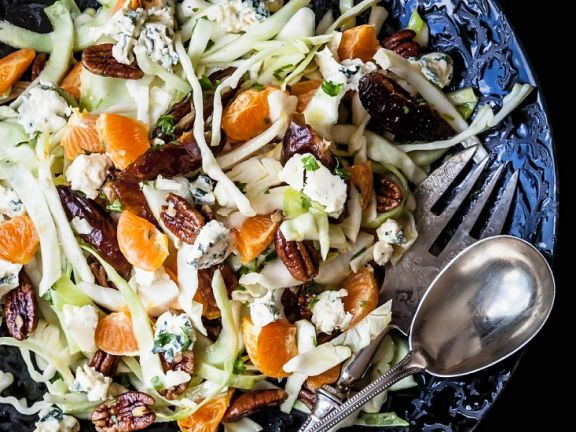 Kohlsalat mit Nüssen, Feta und Gorgonzola