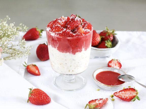 Kokos Overnight Oats mit Erdbeeren-Sauce