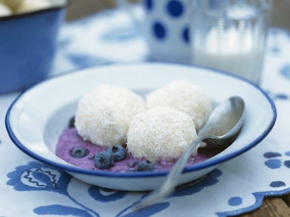 Kokosknödel mit Blaubeersoße