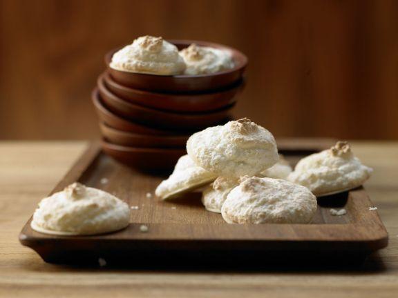 Kokosmakronen auf Holzbrettchen von der Seite