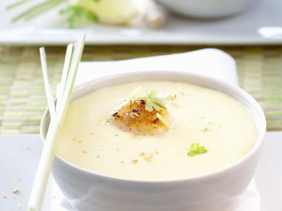 Kokosmilch-Kartoffel-Suppe mit gebratenen Garnelen