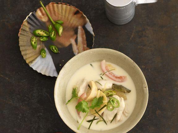 Kokossuppe mit Hühnchen auf thailändische Art