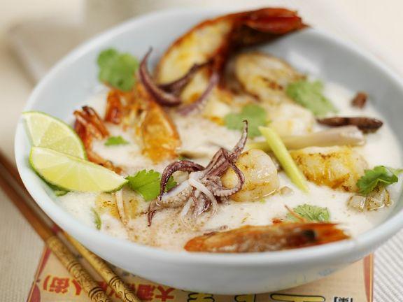 Kokossuppe mit Meeresfrüchten