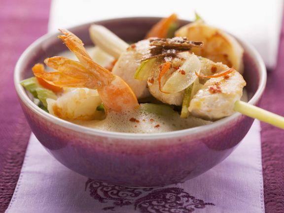 Kokossuppe nach thailändischer Art mit Shrimps und zitronigem Hähnchen-Spieß