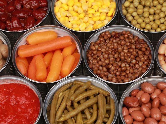 Konservendosen mit Gemüse